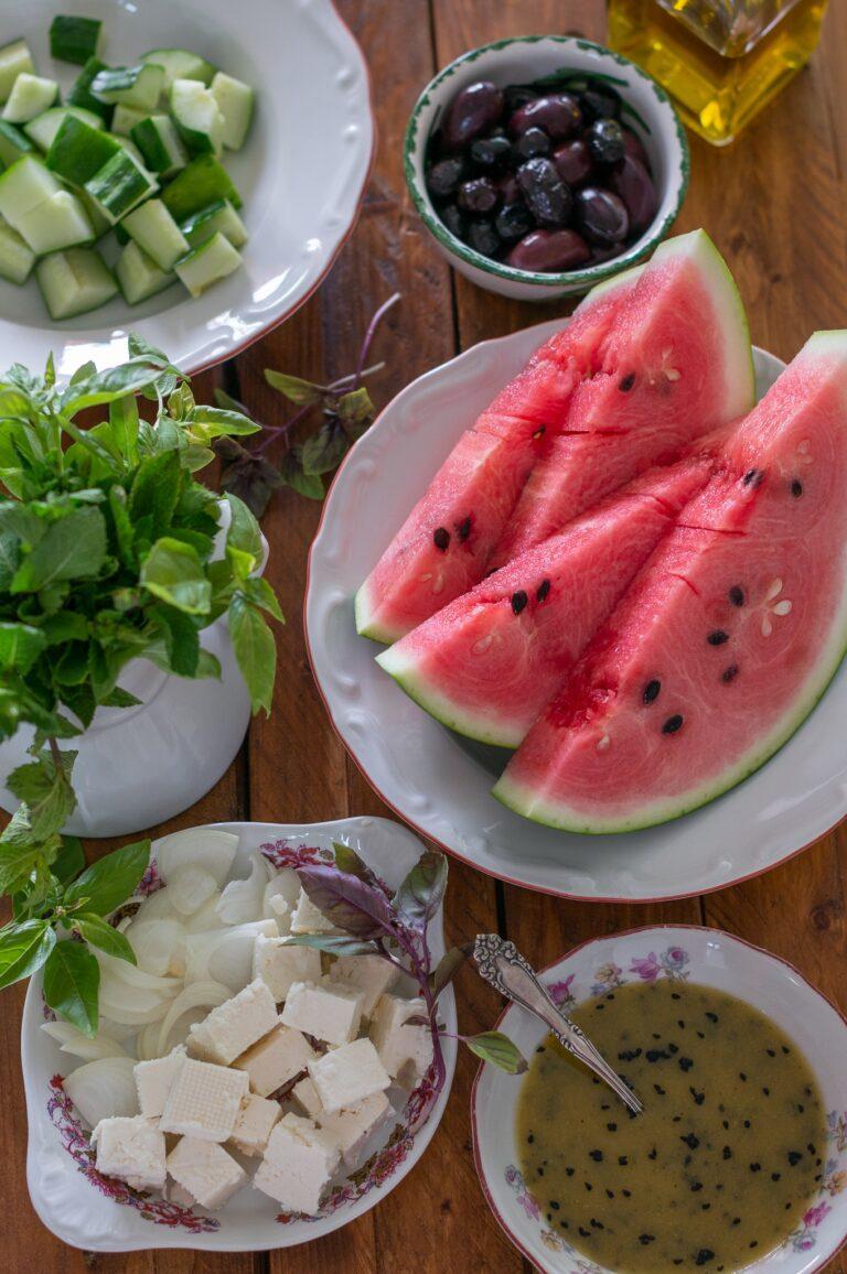 Диня, краставици, сирене, маслини и билки за салата от диня