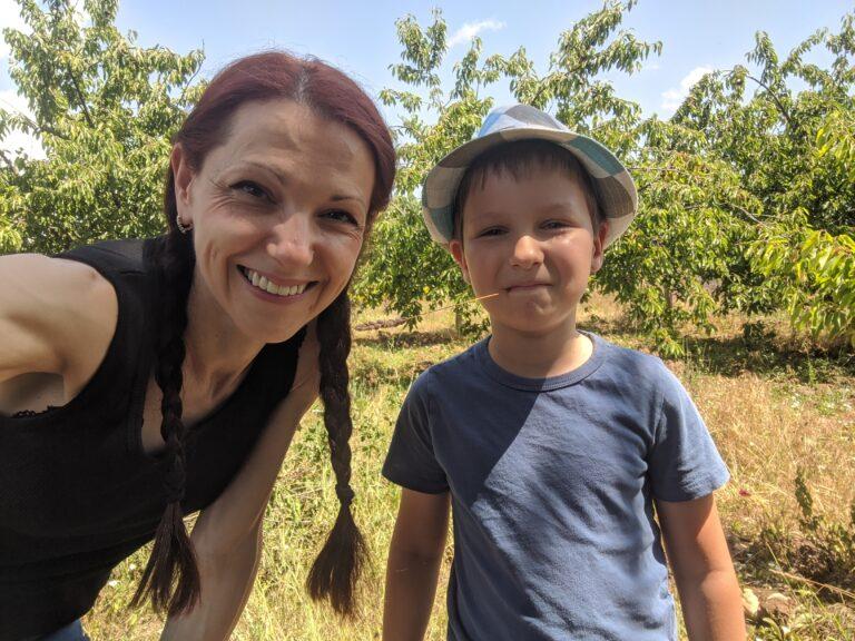 Аз и Даниел в черешовата градина