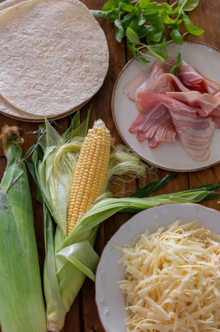 Сирена, царевица, бекон, билки и пшенични тортили за кесадия