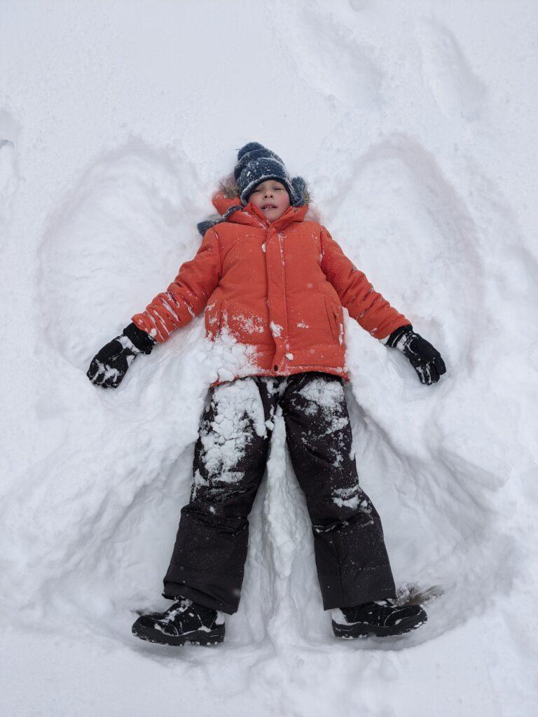 Даниел прави ангел в снега